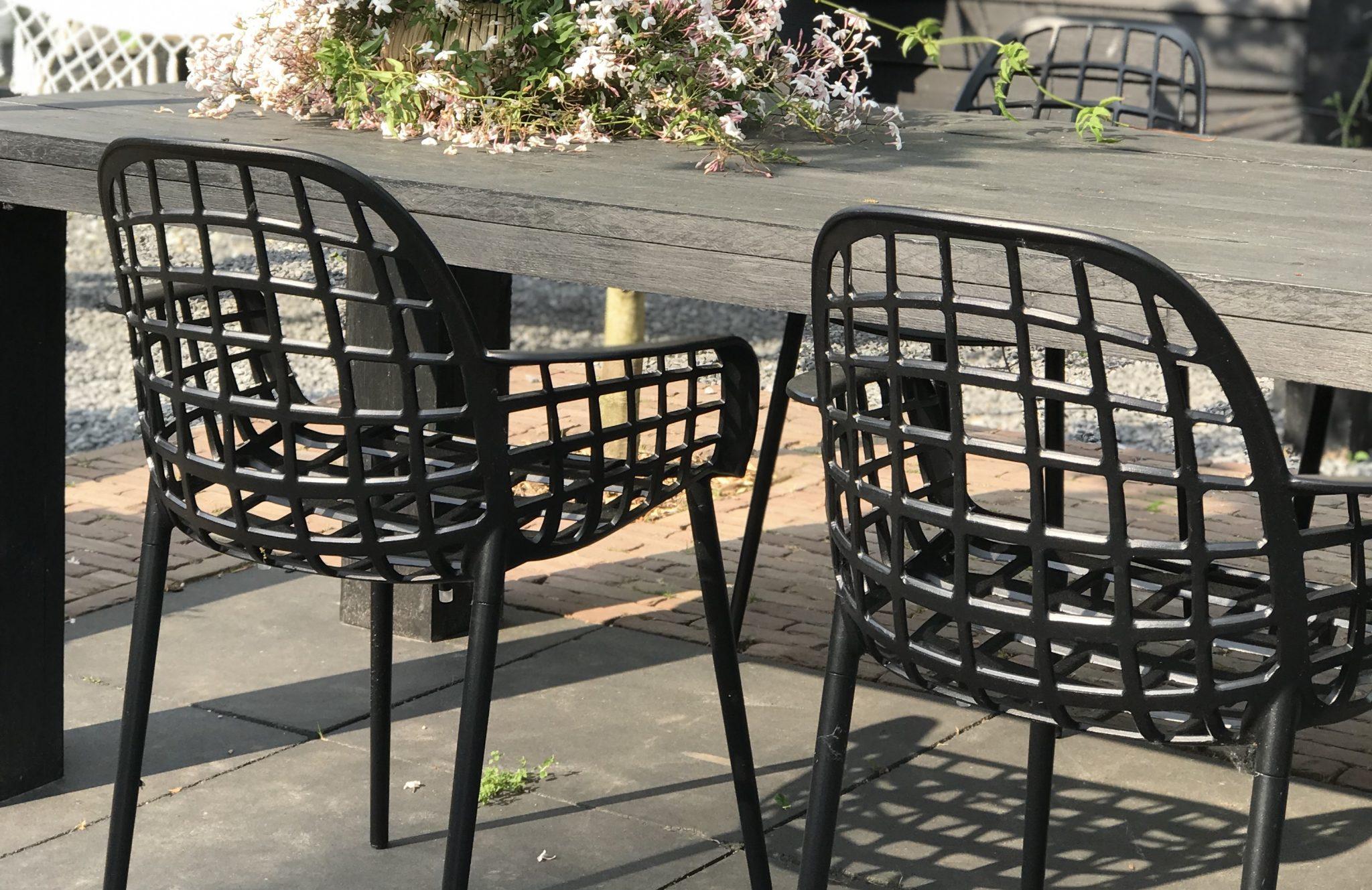 Nieuwe stoelen in de tuin!